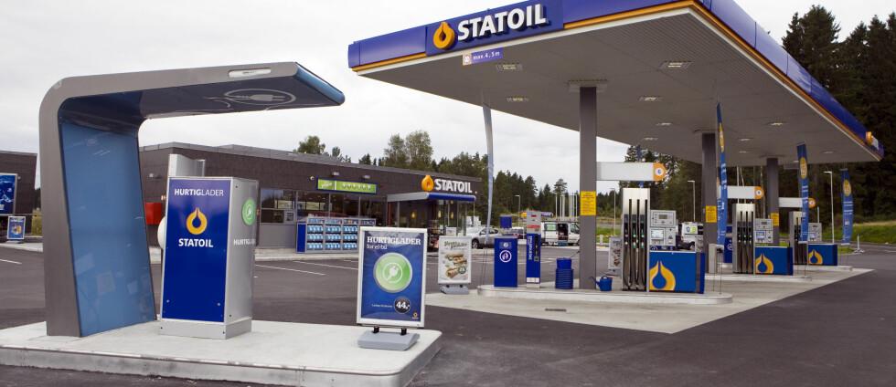 HURTIGLADE: Det er store prisforskjeller på hurtiglading. Elbilforeningen håper flere bensinstasjonskjeder følger etter og etablerer ladepunkter for elbiler på lik linje med drivstoffpumper, som Statoil nå gjør. Foto: STATOIL FUEL&RETAIL AS
