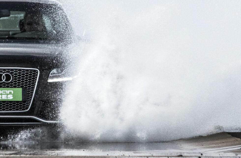 VÅTT: Dekkenes oppgave er blant annet å sluse bort vannet for at gummien skal holde mest mulig kontakt med veibanen. Foto: NOKIAN