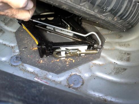 Trinn 3: Tauekroken ligger ofte sammen med reservehjul/ reservehjulssettet. Det beste er imidlertid å ha den i hanskerommet. Foto: FALCK