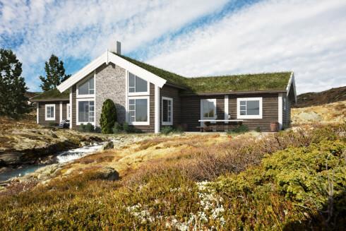 LÅNE HYTTE? En rekke ferdighytteprodusenter låner ut hytter på fjellet gratis, til de som er på hyttejakt. Denne hytta fra Boligpartner ligger på Sjusjøen ved Lillehammer. Foto: BOLIGPARTNER