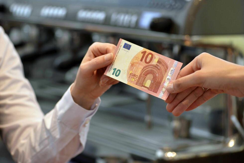 NY EUROSEDDEL: 10-euroseddelen har blitt ny, og har flere nye sikkerhetsegenskaper. Foto: ECB (Den europeiske sentralbanken)