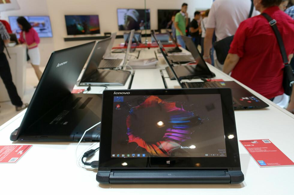 BLIR MER POPULÆRT: På årets IFA-messe i Berlin florerte det av hybridprodukter, PC-er som også kan brukes som nettbrett. Og de er penere, tynnere og bedre enn noensinne. Her er Lenovos nye Flex 2 avbildet. Foto: KIRSTI ØSTVANG