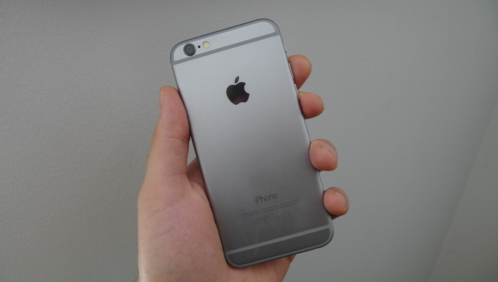 <strong><b>SPACE GRAY:</strong></b> Slik tar baksiden på en iPhone 6 seg ut. Foto: TROND BIE
