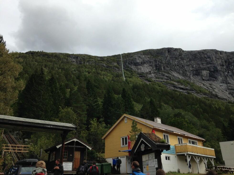BRATT: Herfra starter altså turen, som går innover fjellet i bakgrunnen. Foto: Bjørn Eirik Loftås