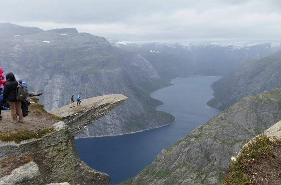 IKKE FOR ALLE: Trolltunga er blant Norges mest kjente og mest spektakulære utspring i fjellet. Turen dit er krevende. Foto: Børge Lindkvist