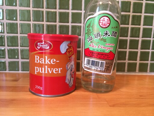 REDNINGEN: En boks bakepulver, og litt eddik er alt du trenger for å bli kvitt vond lukt i kjøleskap og fryser. Foto: ELISABETH DALSEG