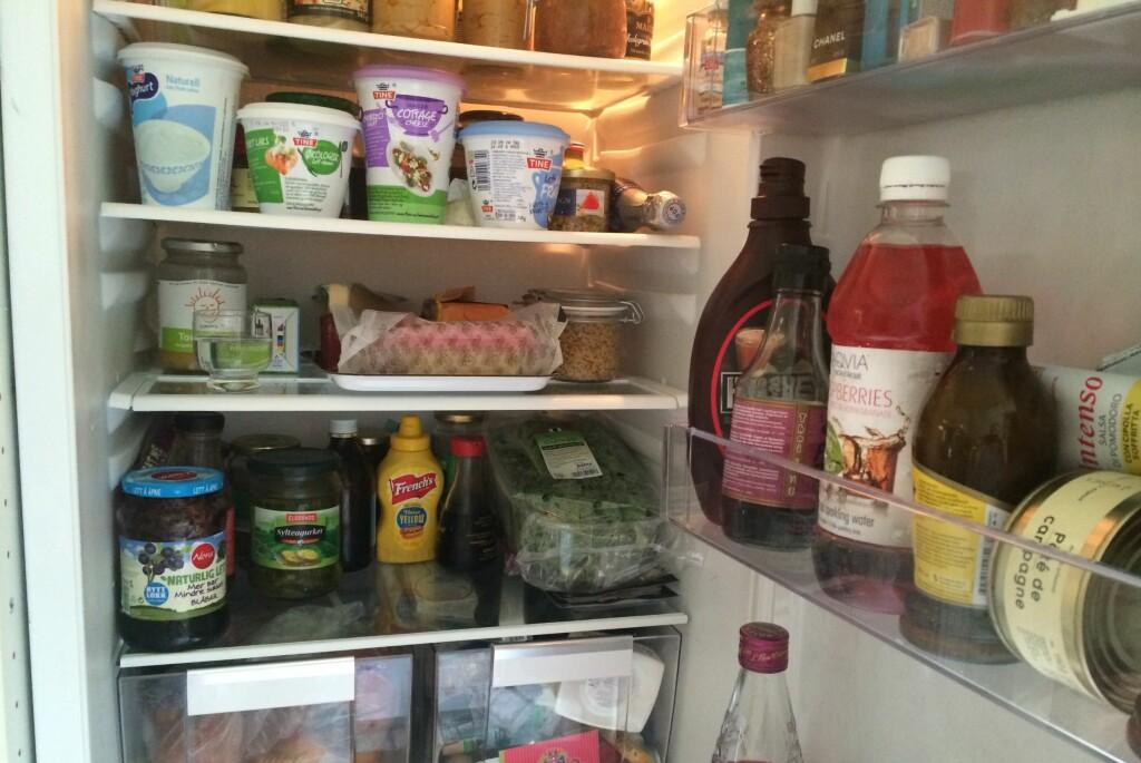<b>GLASS MED EDDIK:</b> Et lite glass med eddik (helst en type som ikke lukter så mye) trekker til seg vond lukt. Foto: ELISABETH DALSEG