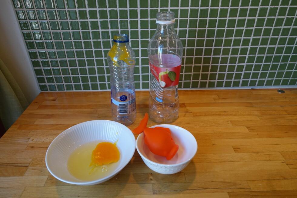 KJØKKENTRIKS: Det gikk ikke særlig bra å skille egg ved hjelp av flasker. Løsningen var liten, myk og oransje. Foto: ELISABETH DALSEG