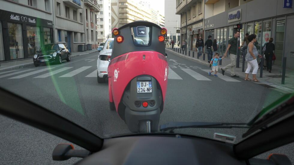 I TRAFIKKEN: Her er utsikten fra førerplass i min bil i Grenobles gater.  Foto: Arnstein Landsem
