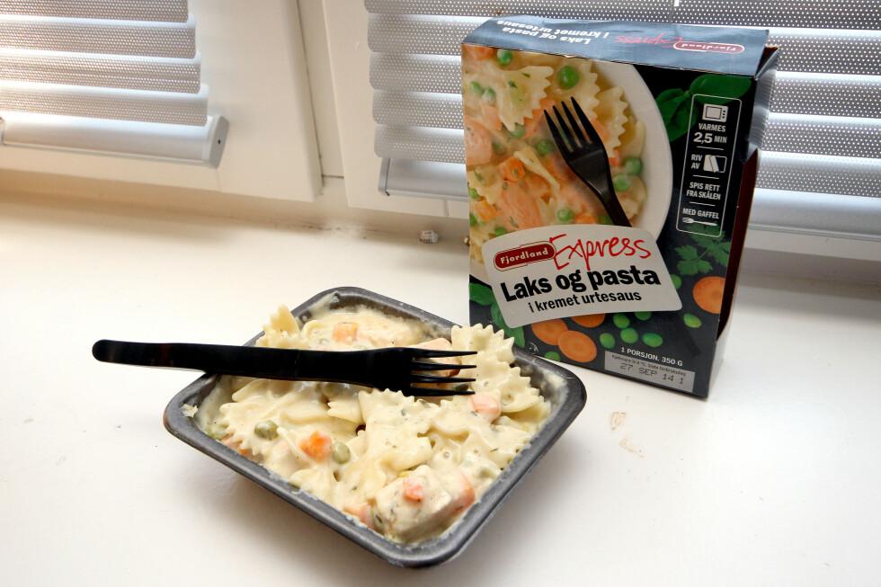 DET SUNNE ALIBI? Laks og pasta som smaker greit, helt til det kommer til fisken, som to av testpanelet syntes smakte dårlig.  Foto: OLE PETTER BAUGERØD STOKKE