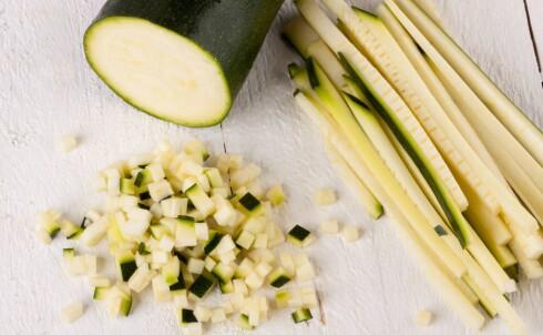 GOD MED KNIV: Det krever sin kokk å få til jevnstore strimler, slik som her.  Foto: ALL OVER PRESS