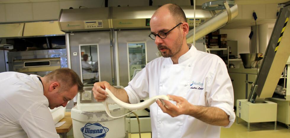 KJENN PÅ DEIGEN: Kjenn og strekk på deigen underveis, anbefaler baker André Løvaas hos Nofima. Foto: KRISTIN SØRDAL