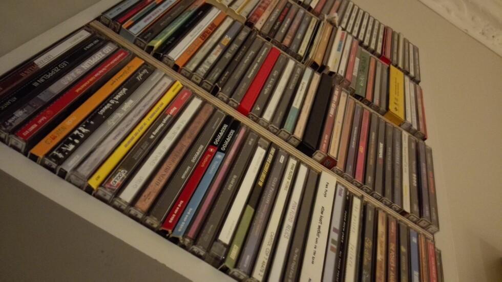 CD-hylle i en litt mørk stue. Foto: KIRSTI ØSTVANG