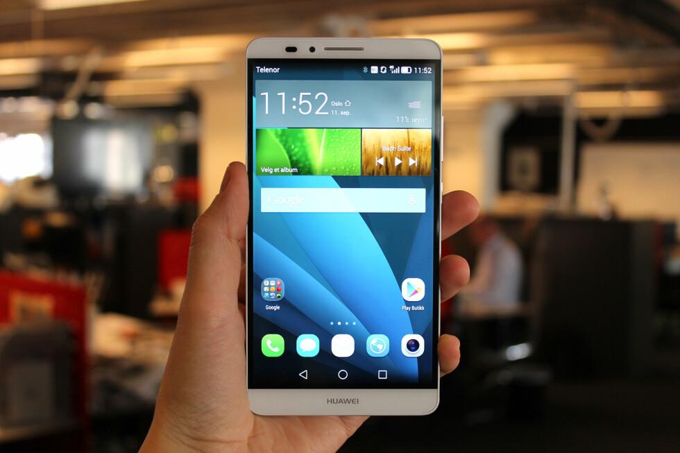MYE SKJERM: Hele 83 prosent av fremsiden på Huawei Ascend Mate 7 består av skjerm. Det betyr at telefonen ikke er noe særlig større enn den må være. Foto: KIRSTI ØSTVANG
