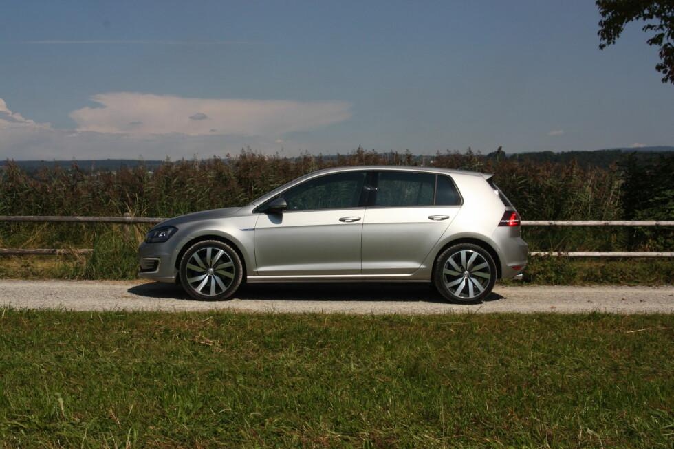 GOLF RULER: Volkswagen Golf (På bildet: Den ladbare hybriden GTE), ble i sinde diverse varianter registrert i fantastiske 1.595 eksemplarer bare i april måned og slo dermed månedsrekorden Tesla Model S tok fra Ford Sierra så sent som i mars i fjor. Foto: KNUT MOBERG