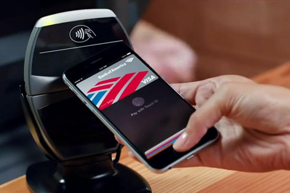 NY MULIGHET: Dette bildet, tatt fra Apples presentasjon av iPhone 6 sin Apple Pay, hadde vært en umulighet for ett år siden. iPhones nye NFC-brikke kan bidra til å endelig få fart på mobilbetalinger.  Foto: APPLE