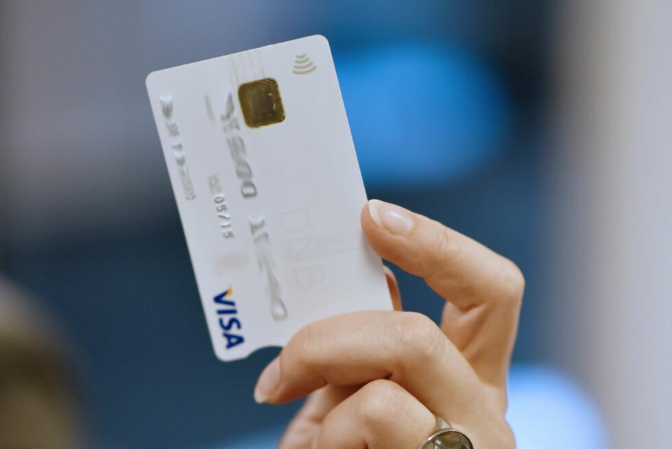 KONTAKTLØS BETALING: Bankkort fra DNB som blir utstedt i høst, kan brukes til kontakløs betaling, uten pin-kode. Foto: STIG B. FIKSDAL/DNB