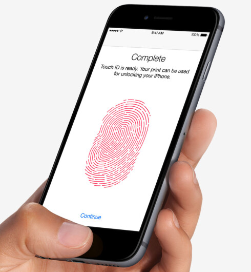 BETAL MED FINGEREN: Med Apples nye betalingsløsning blir det mulig å betale ved å holde telefonen over betalingsterminalen. Du identifiserer deg selv via fingeravtrykksleseren i hjemknappen. Foto: APPLE