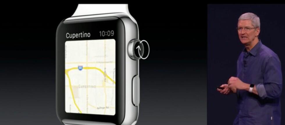 <strong><b>SJEFEN OG KLOKKA:</strong></b> Tim Cook demonstrerer Apple Watch som både har berøringsskjerm og styring via knotten på siden. Foto: APPLE