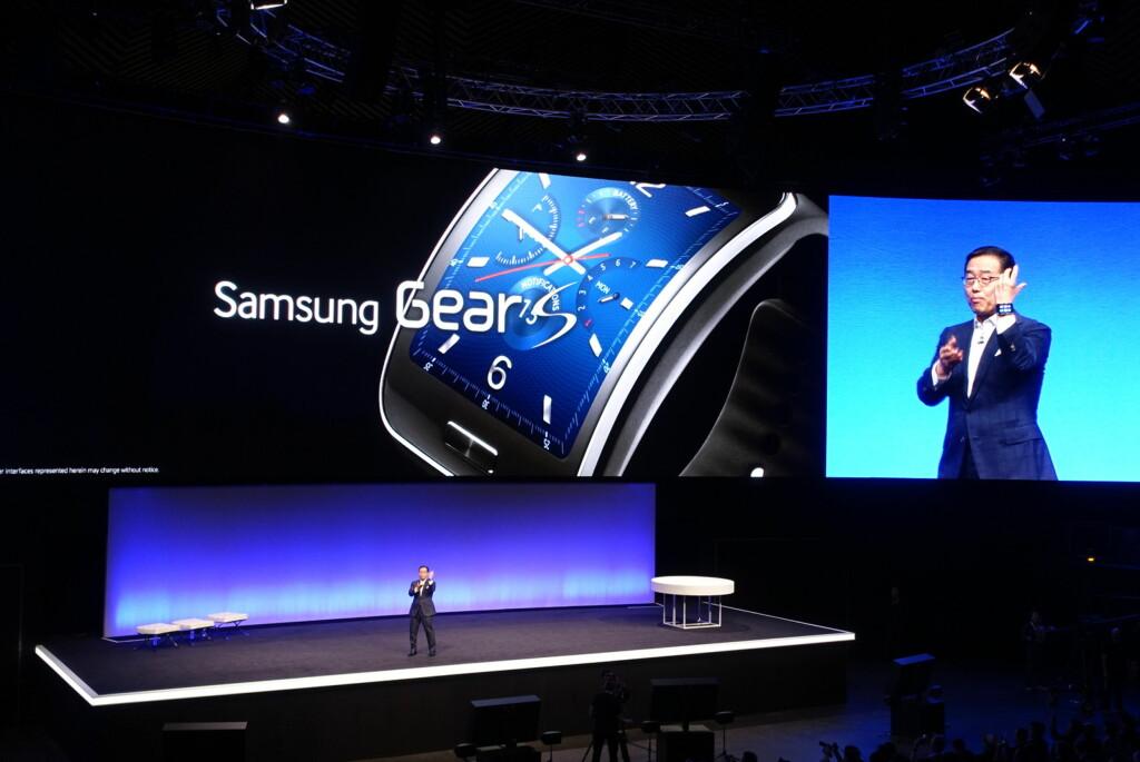 SAMSUNGS FEMTE: På IFA-messen i Berlin lanserte Samsungs sin femte smartklokke i løpet av et år. Gear S har en relativt stor 2-tommers skjerm og innebygd 3G, så den fungerer uten mobiltelefon også. Foto: KIRSTI ØSTVANG