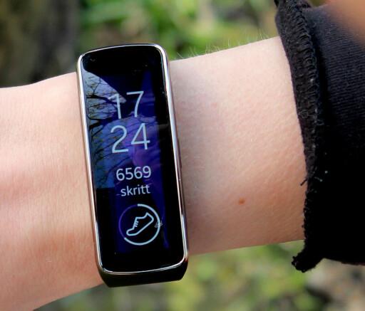 SMARTKLOKKE FOR TRENING: Samsung Gear Fit er en god idé, men den hadde også sine skavanker. Blant annet er det vanskelig å se på skjermen når man er ute. Foto: OLE PETTER BAUGERØD STOKKE