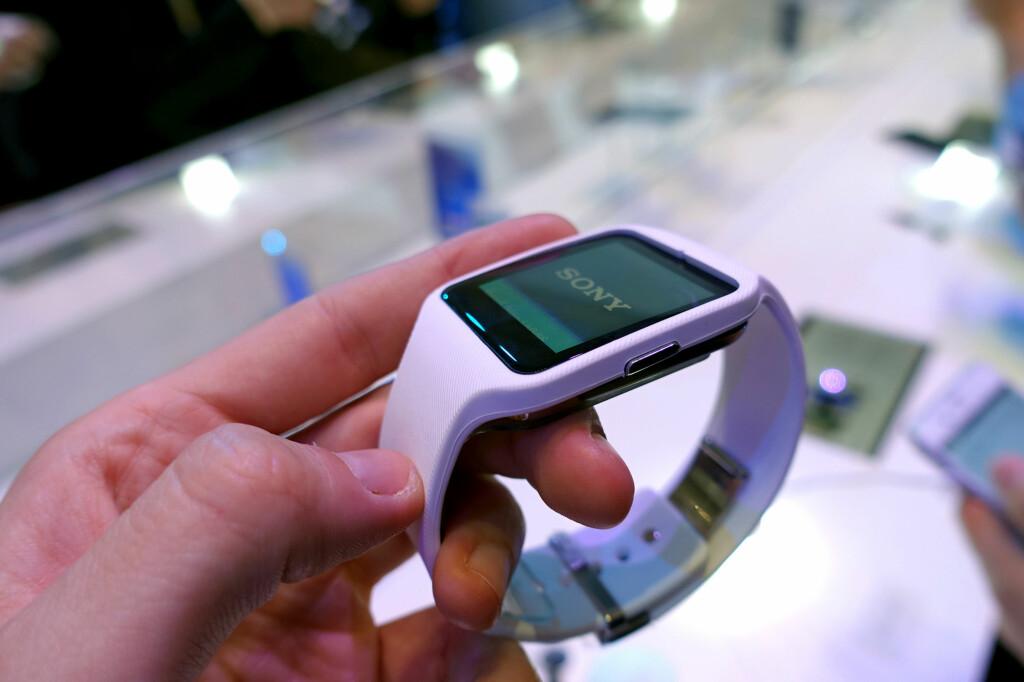 NY FRA SONY: Sony lanserte Android Wear-klokken SmartWatch 3 på IFA. Den har et minimalistisk og diskret design med et litt sporty preg.  Foto: KIRSTI ØSTVANG