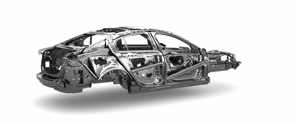 LETTVEKTER: 75 % av skallet er laget av aluminium. At det benyttes stål i den siste andelen handler om å få riktig vekt på riktig sted. Foto: Jaguar