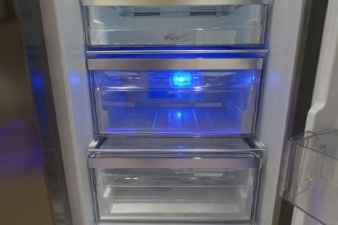 BLÅTT: Hos Grundig er lyset i grønnsaksskuffen blått.  Foto: ELISABETH DALSEG