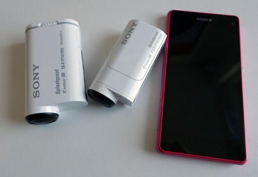 SÅ LITEN ER DEN: Action Cam Mini (i midten) kan minne om en litt stor lighter, eller leppestift. Med andre ord er den ikke spesielt stor. Her ser vi den ved siden av storebror Action Cam og Sonys Xperia Compact Z1. Foto: KIRSTI ØSTVANG