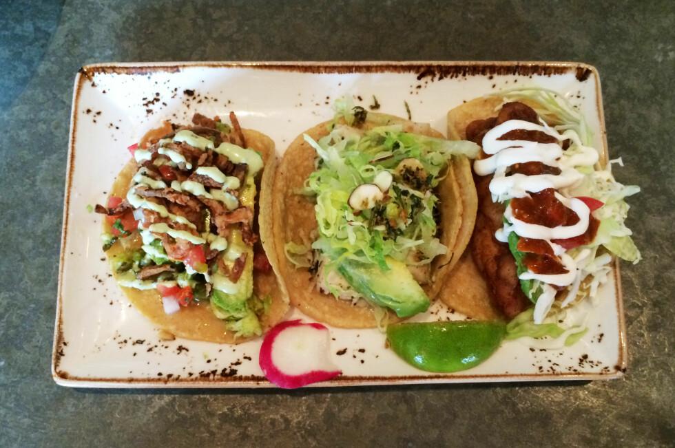 MAISTORTILLA: Vi synes taco er best i myke maislefser. Her tre fisk- og sjømatstacovarianter fra Puesto i La Jolla, California. Foto: ELISABETH DALSEG