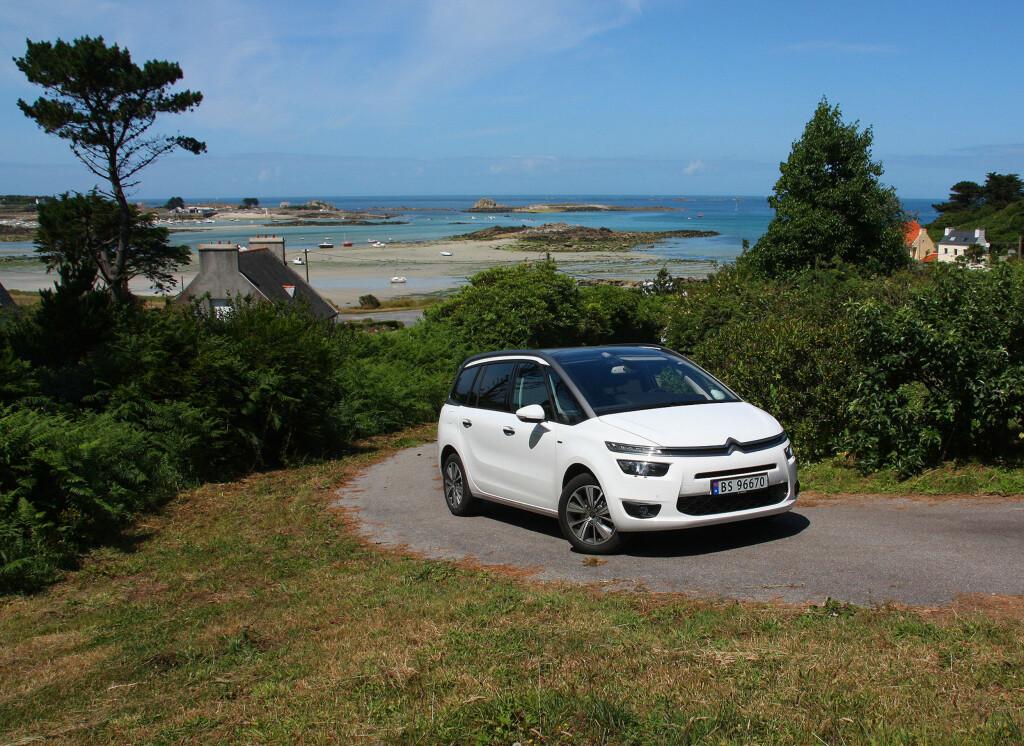 """IKKE ALLFARVEI: Ploguerneau ligger nesten ytterst på Bretagnes vestspiss, 60 mil fra Paris. Her fikk """"vår"""" Grand C4 Picasso prøvd seg på små og til tider nesten ufremkommelige landeveier. Foto: KNUT MOBERG"""