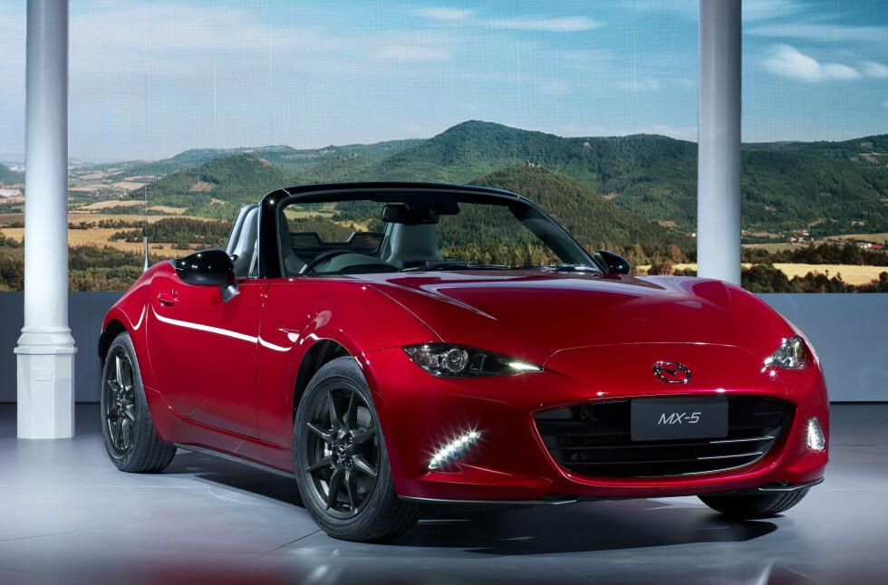 """KODO-ROADSTER: Mazdas designspråk, """"Kodo"""", preger fronten. Ellers er nye MX 5 fortsatt den lille, snertne roadsteren den skal være. Og den er blitt både mindre og lettere enn før. Foto: MAZDA"""