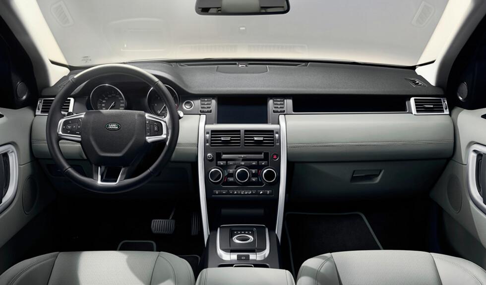 INGEN KRUMSPRING: Renskårne linjer preger interiøret. Dette ser solid ut, men mindre luksuriøst enn i Range Rover. Det er utvilsomt funksjonelt. Foto: LAND ROVER