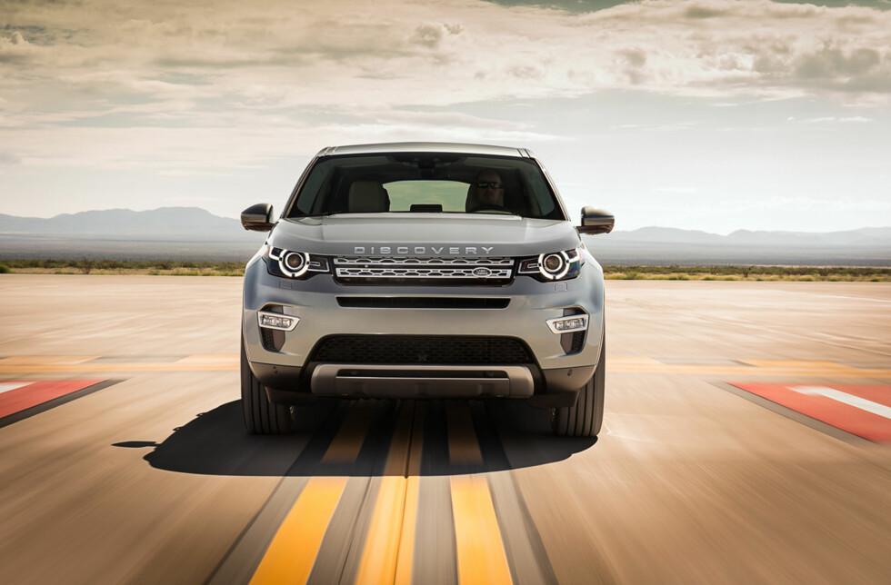 """BESTEMT: Land Rover Discovery Sport ser ut som en SUV som vet hva den vil. Legg merke til """"Discovery""""-emblemet i fronten som erstatter """"Land Rover"""". Foto: LAND ROVER"""