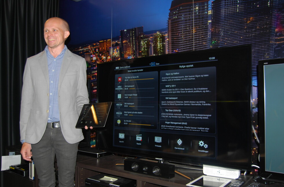 SNART KLAR FOR Å RULLES UT: Knut Aril Nupen fra Canal Digital viser stolt frem appen T-We See, her speilet i TV-en.   Foto: THOMAS STRZELECKI