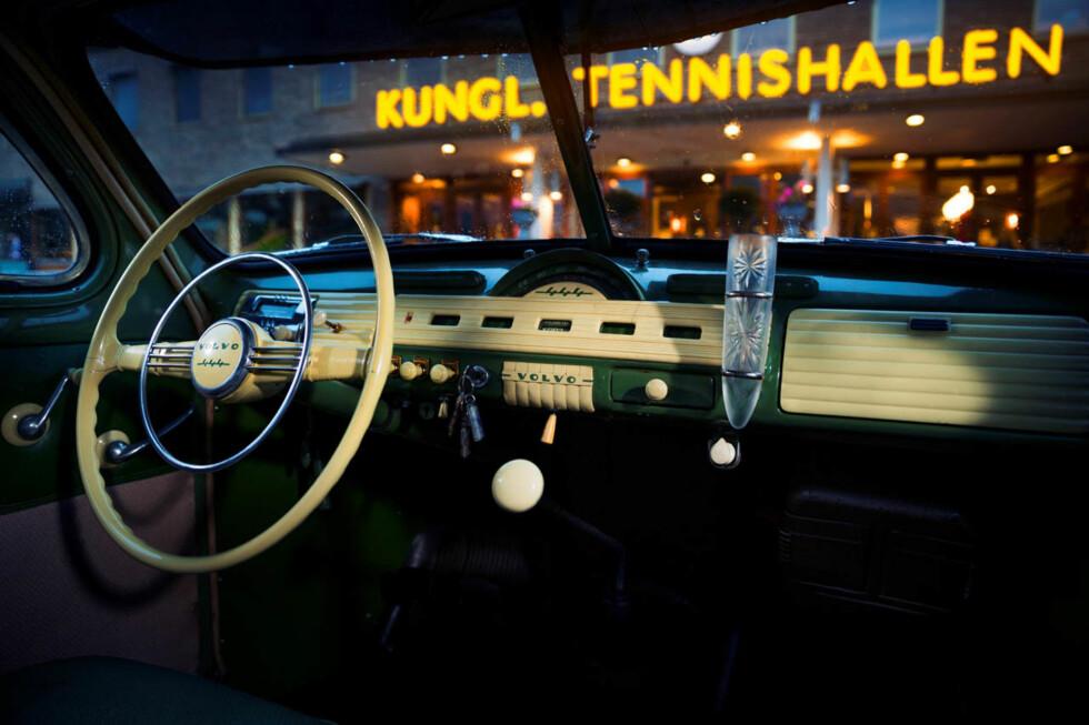 FYLLER 70: Førermiljøet i en Volvo 444 fremsto stilrent og sikkert moderne den gangen. I 1958 overtok 544 med firetrinns girkasse og uten todelt frontrute. Foto: VOLVO
