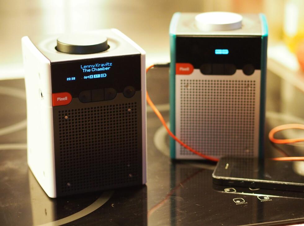 Nye Go+ til venstre,  mens forrige modell Go står til høyre.Legg merke til forskjellen i displayet når vi spiller musikk via mobilen. Foto: ØYVIND PAULSEN