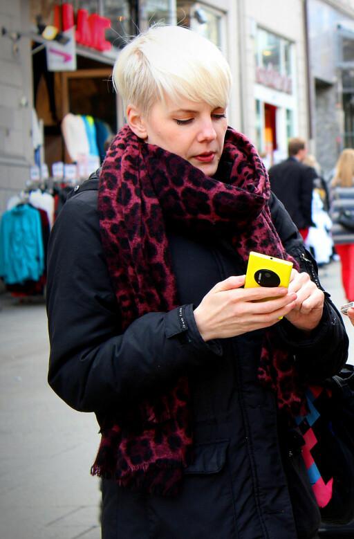 GLAD I TEKNOLOGI: Dinsides Kirsti Østvang synes det er gøy å støtte nye prosjekter, men er ikke spesielt fornøyd med produktene hun har fått.  Foto: OLE PETTER BAUGERUD STOKKE