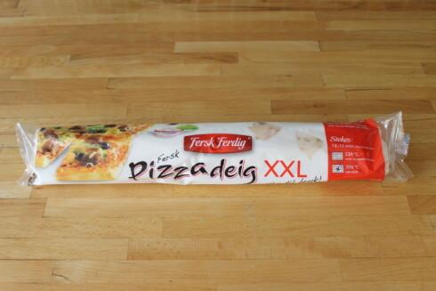 FERSK PIZZADEIG:  Vi har brukt Fersk & Ferdig Pizzadeig XXL til 37,90 kroner (Kiwi). Foto: ELISABETH DALSEG