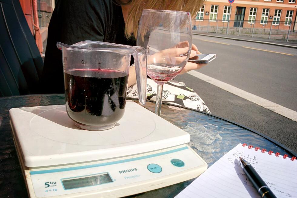 DINSIDE HAR MÅLT: Vi fikk lange blikk da vi helte ut vinglass etter vinglass på Oslos serveringssteder. Målingene viser at variasjonen i mengden er svært stor, med Grei Kafé på den ene siden og Grand Café på den andre. Foto: OLE PETTER BAUGERØD STOKKE