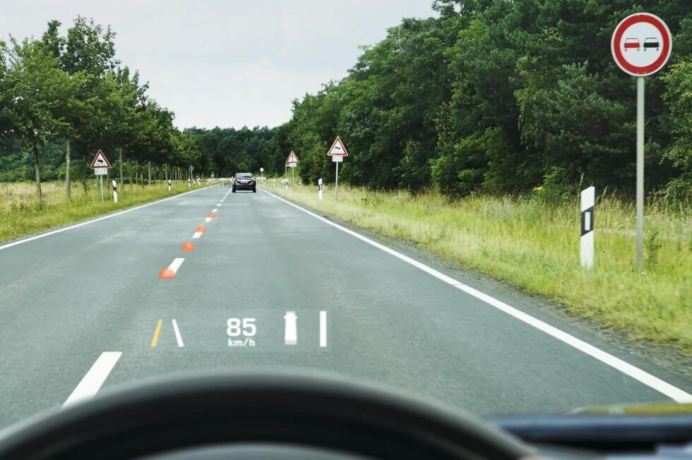 SER FOR DEG: Det nye head-up displayet kommuniserer med andre sikkerhetssystemer i bilen, visualiserer andre biler i trafikken, og kan fortelle deg at bilen foran bremser før du selv oppdager det. Foto: CONTINENTAL