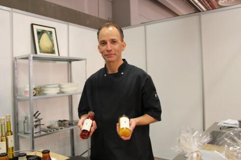 GIR RÅD: Anders Porsmose-Larsen i Nordisk Køkken legger både søtt og salt på glass, helt uten kunstige tilsetningsstoffer. Her gir han råd om hvordan du  sylter. Foto: ELISABETH DALSEG