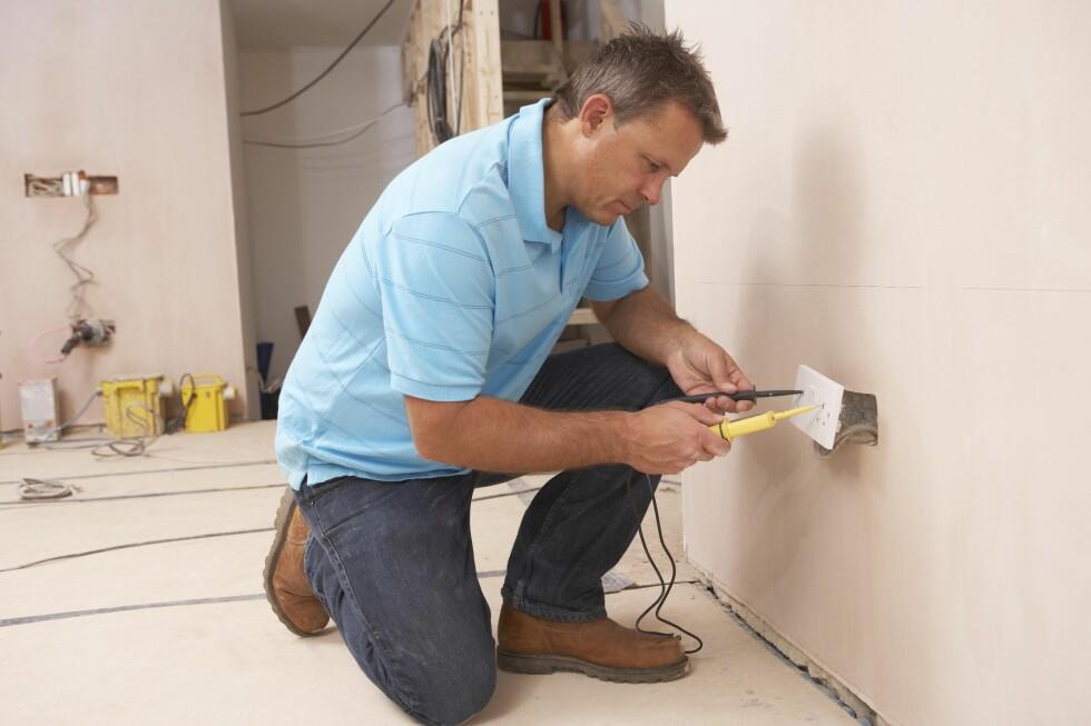 <strong><b>KOSTBART:</strong> </b>Å leie håndverkere som elektrikere og rørleggere kan fort bli kostbart. Men det skal ikke bli dyrere enn du trodde, om du har fått et prisoverslag.  Foto: COLOURBOX