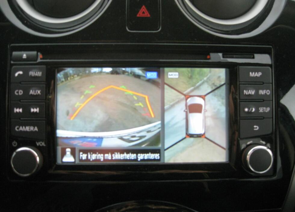 NISSANS LØSNING: Her ser vi et eksempel på et eksisterende 360-graders oversiktsbilde, kombinert med ryggekamera, i en Nissan Note. Foto: KNUT MOBERG