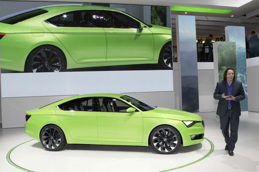 NY DESIGN: Her viser sjefsdesigner Josef Kaban frem konseptbilen VisionC på bilutstillingen i Genève i vår. Det er ifølge ham den som har inspirert linjene til nye Skoda Fabia. Foto: SKODA