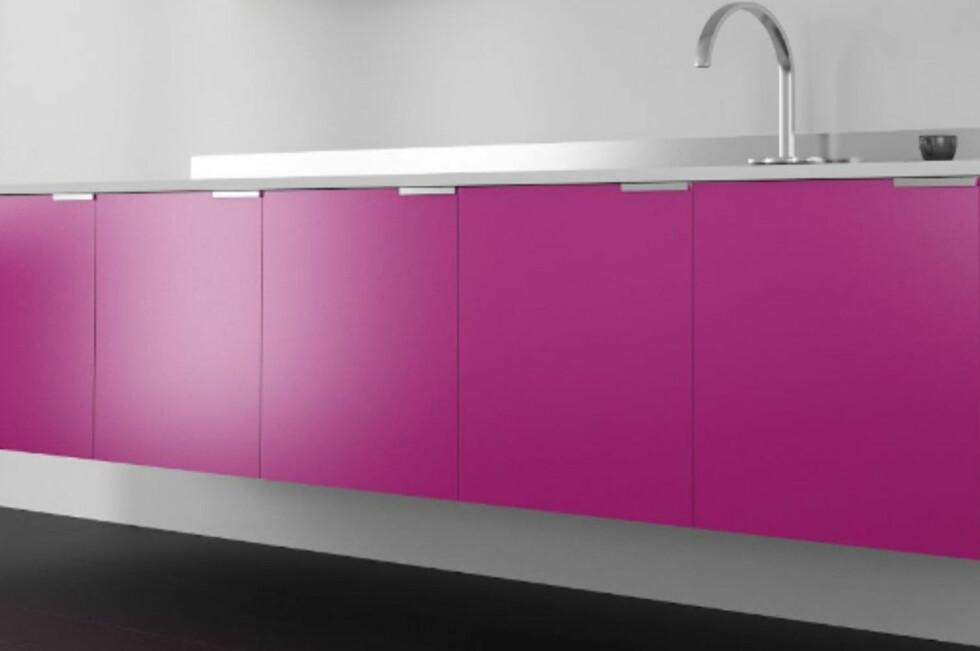 INDIVIDUELT: Sjokkrosa kjøkken? Eller vil du heller ha olivengrønt, gråblått eller lysegult? Nå får du akkurat den fargen du vil - tilpasset Ikea-kjøkkenet ditt.  Foto: STUDIOIN