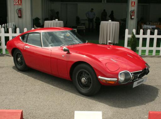 STO MODELL: Dette er Toyota 2000GT fra 1967 - med klassiske og rene sportsbillinjer. Den har til og med vært James Bond-bil (You Only Live Twice, med Sean Connery). Foto: KNUT MOBERG