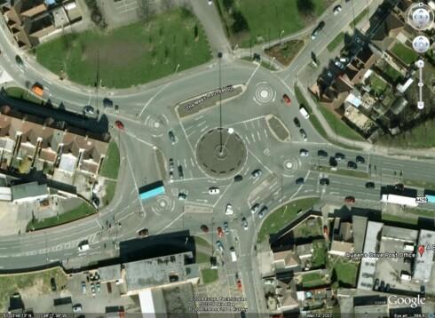 DEN MAGISKE RUNDKJØRINGEN: Dette er en av de to magiske rundkjøringene i henholdsvis Swindon og Hemel Hempstead i England. Antakeligvis en av verdens verste. Foto: GOOGLE MAPS