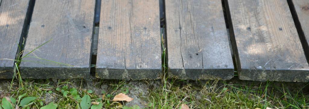 AVSTAND: En gammel terrasse har fått god avstand mellom bordene. Foto: Brynjulf Blix.