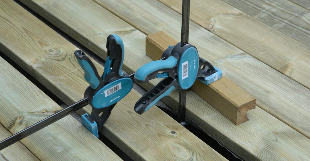 ENKELT: To tvinger gjør det enkelt å presse bordene på plass - også på midten. Foto: B. Blix